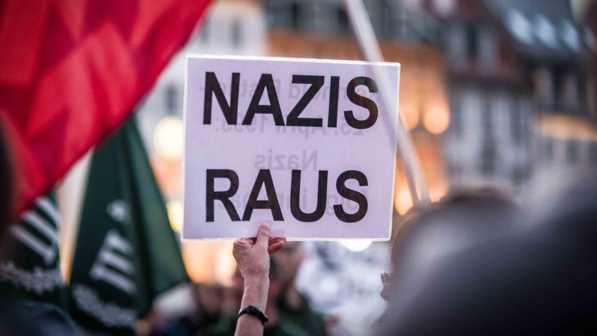 Plakat einer Teilnehmerin an einer Gegendemonstration bei einer Kundgebung von Neonazis.