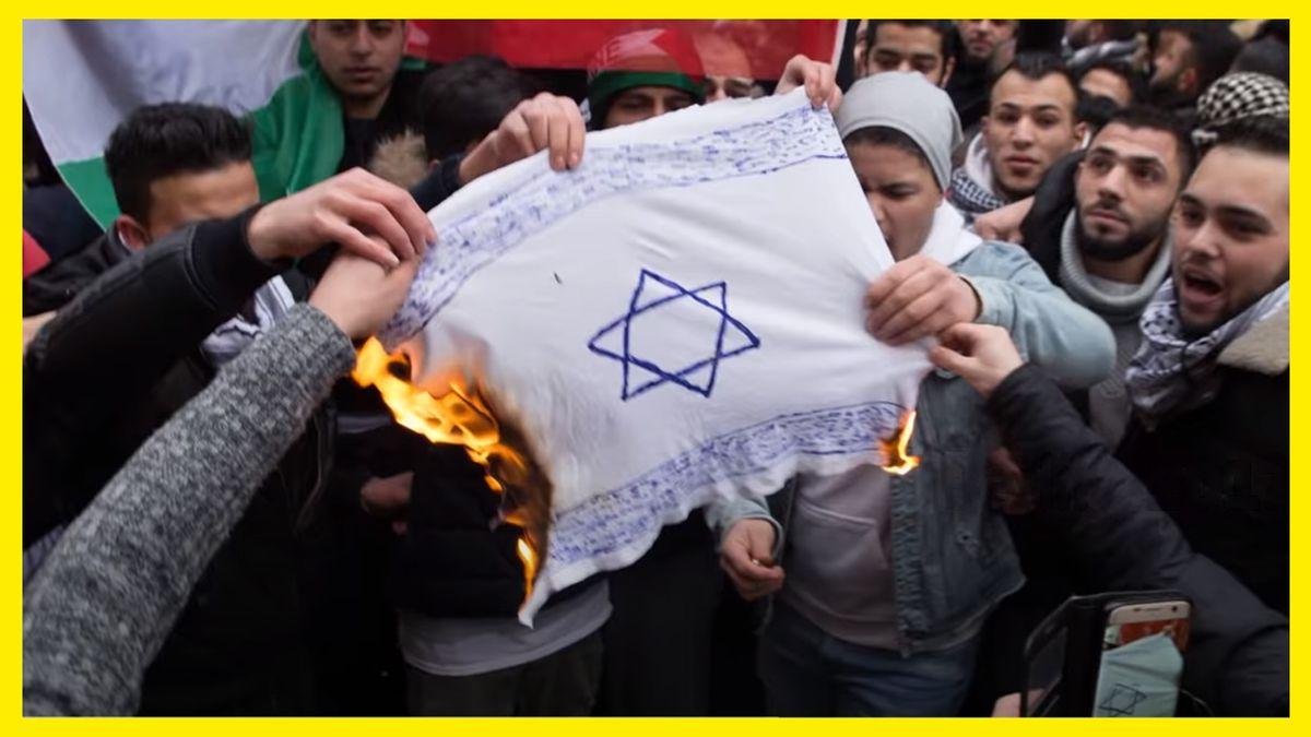 Palästinensische Demonstranten halten schreiend eine brennende Israel-Flagge fest.