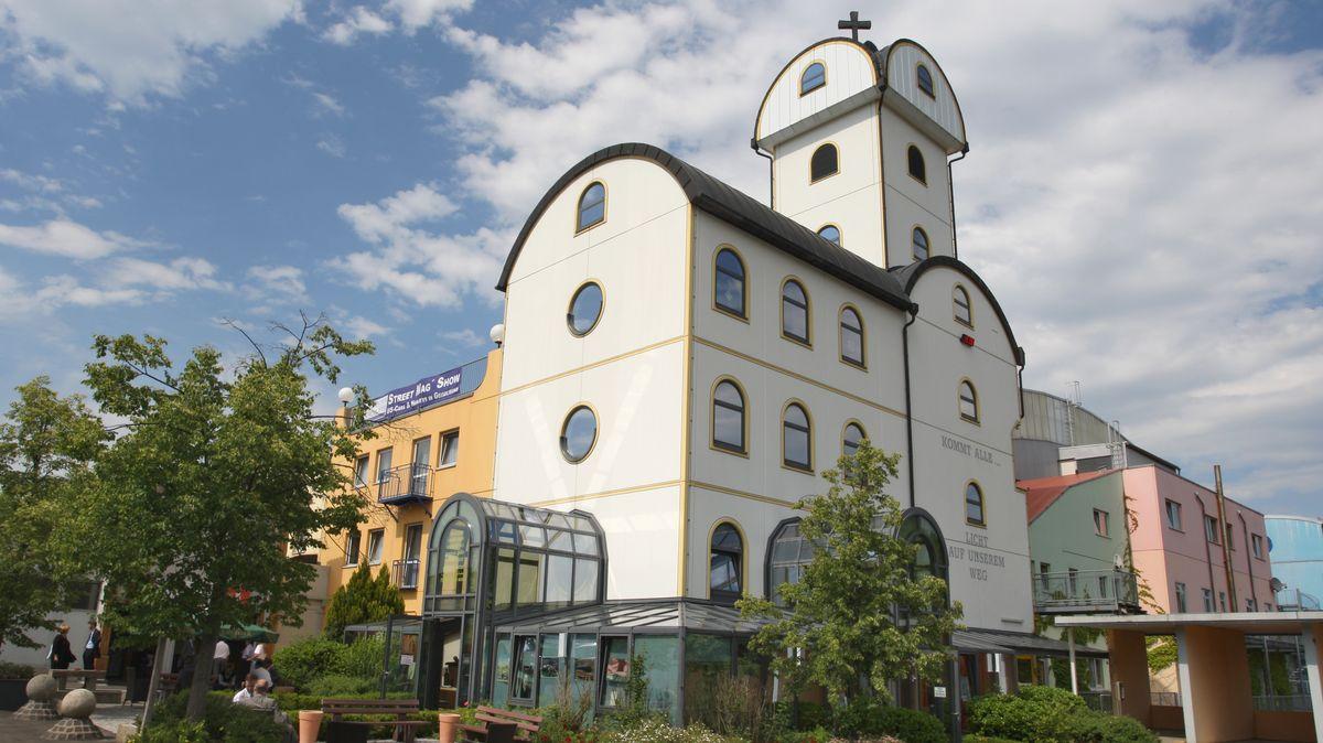 """Die Autobahnkirche """"Licht auf unserem Weg"""" aufgenommen am Autohof Geiselwind steht direkt neben Tagungshotel und Eventzentrum."""