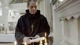 Bruder Damian zündet in der Wallfahrtskirche Mariä Heimsuchung eine Kerze an | Bild:BR