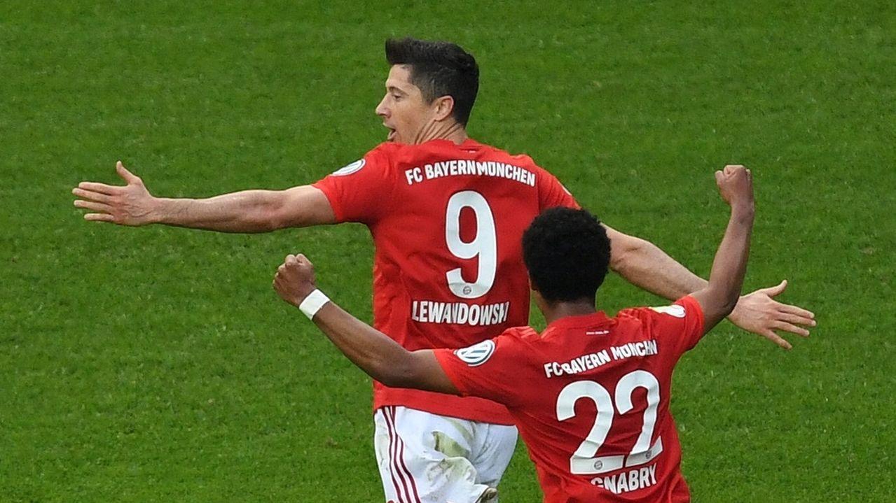 Robert Lewandowski (hinten) jubelt mit Serge Gnabry über sein Tor zum 1:0 für den FC Bayern München.