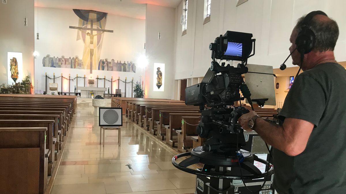 Ein BR-Kameramann testet erste Einstellungen in der Pfarrkirche Sankt Elisabeth