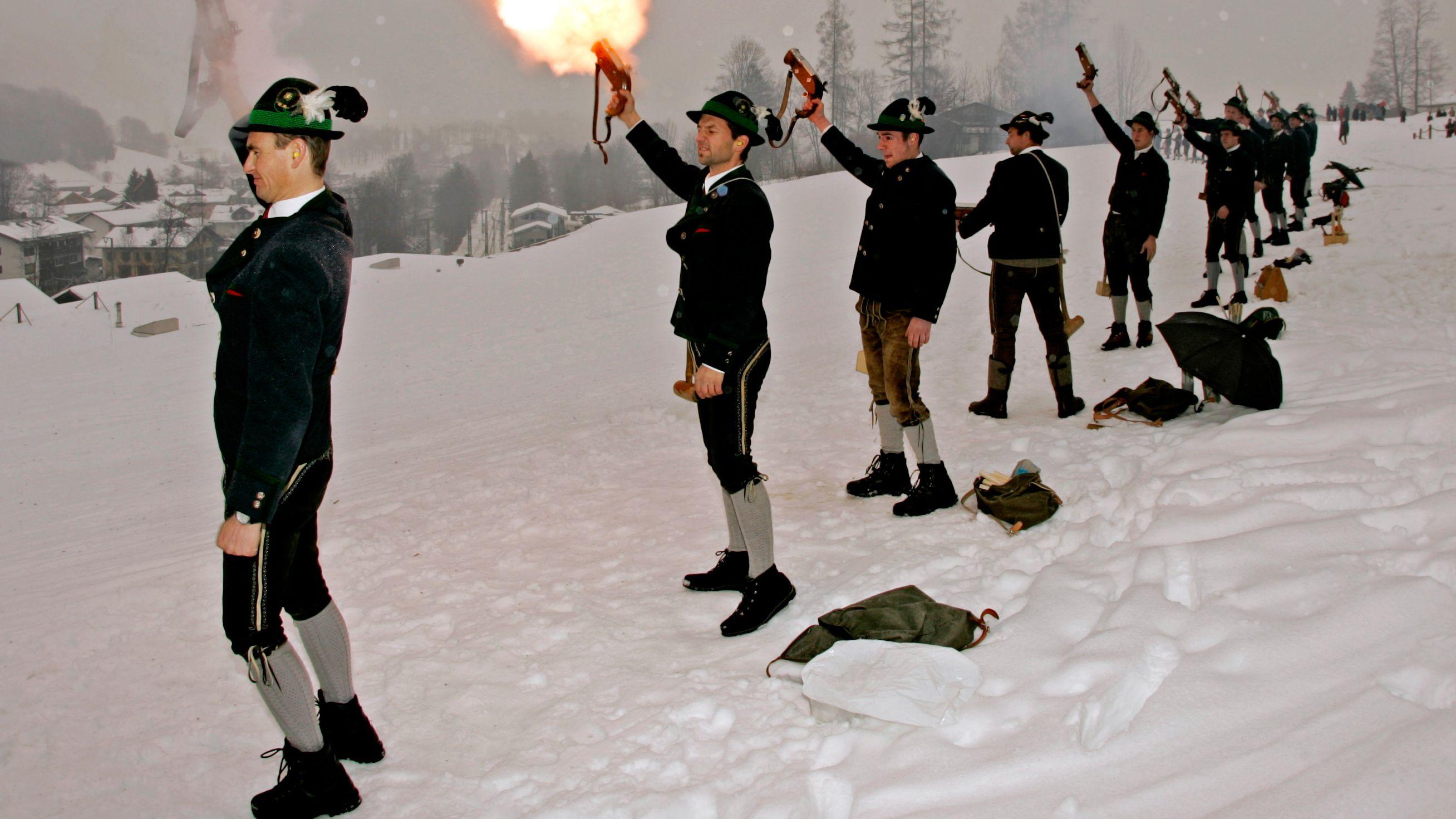 Die in traditioneller Tracht angetretenen Weihnachtsschützen lassen am  in Bischofswiesen im Berchtesgadener Land ihre Handböller krachen.