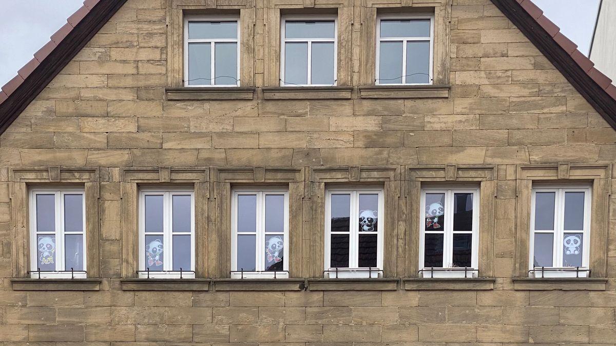 In den Fenstern eines Hauses in Ebern hängen mehrere Pandabären.