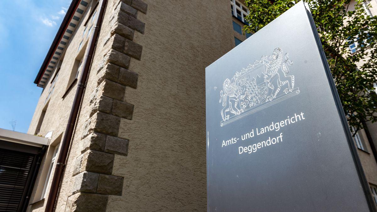 """Ein Schild mit der Aufschrift """"Amts- und Landgericht Deggendorf"""" vor dem Gerichtsgebäude in Deggendorf."""
