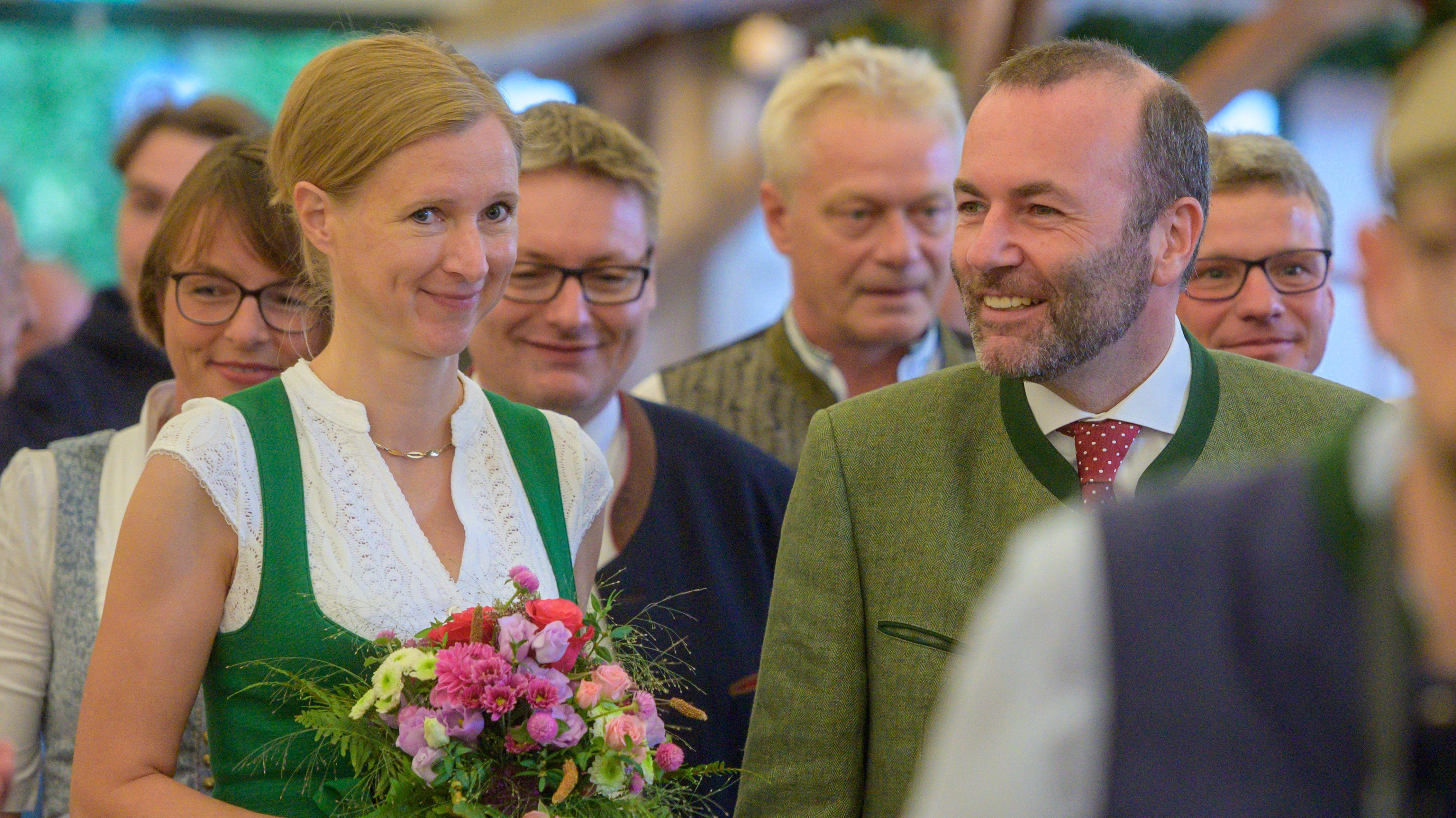 Manfred Weber, EVP-Fraktionschef, geht neben seiner Frau Andrea zur Eröffnung des Gäubodenvolksfestes.