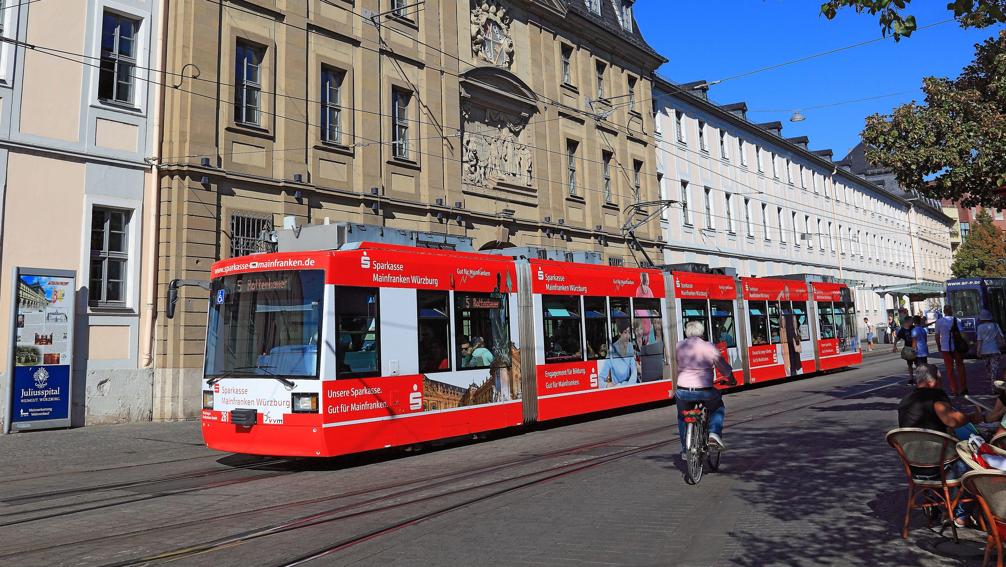 Eine Straßenbahn in Würzburg (Symbolbild)