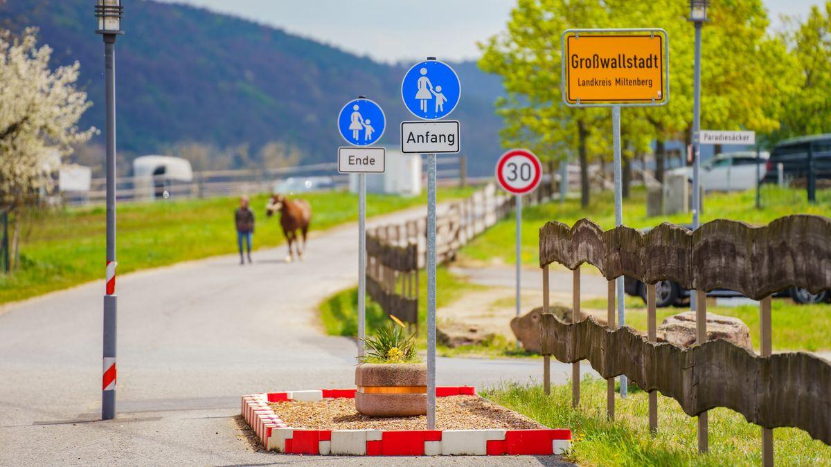 Kurioser Fußweg in Großwallstadt stoppt Autos