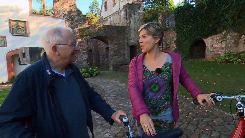 Weihbischof Ulrich Boom und Frankenschau-Reporterin Susanne Nordhausen mit einem Tandem.