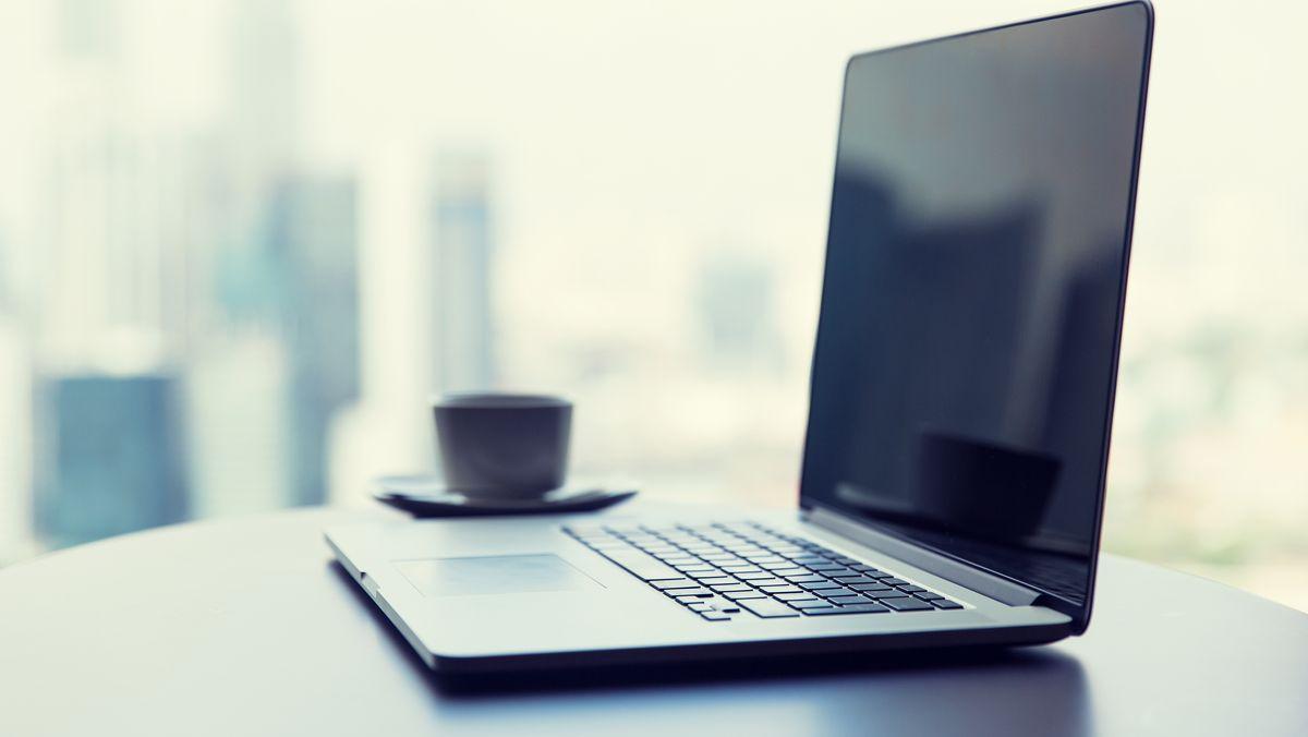 Ein Laptop auf einem Schreibtisch (Symbolbild)