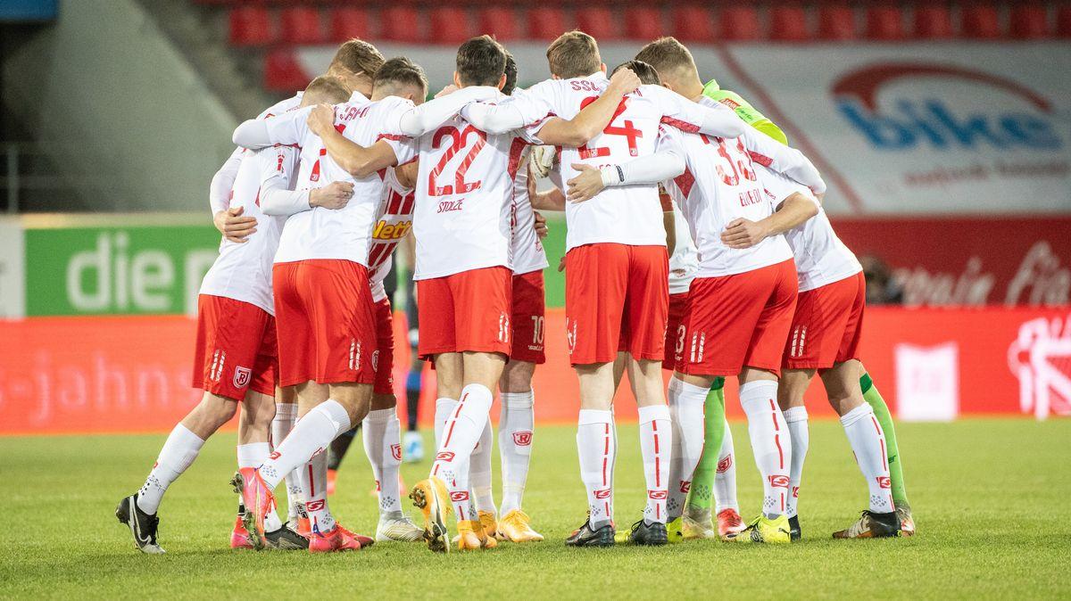 Die Mannschaft von Jahn Regensburg steht vor dem Spiel zusammen