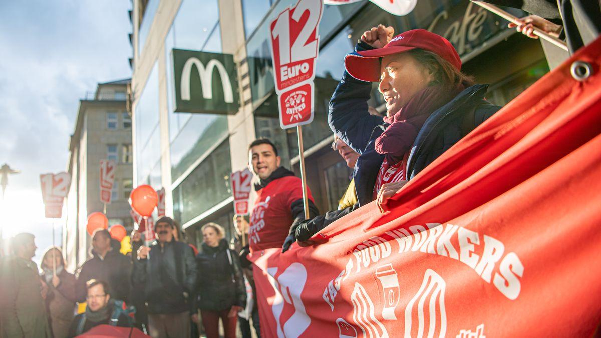 """Der Tarifstreit ist verfahren: Demonstrantinnen der Vereinigung """"United Food Workes"""" demonstrieren vor einer McDonald´s Filiale."""