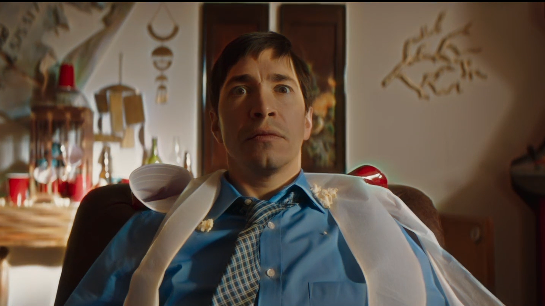 "Mann sitzt in einem Bürosessel: Justin Long in ""The Wave"" (Filmszene)"