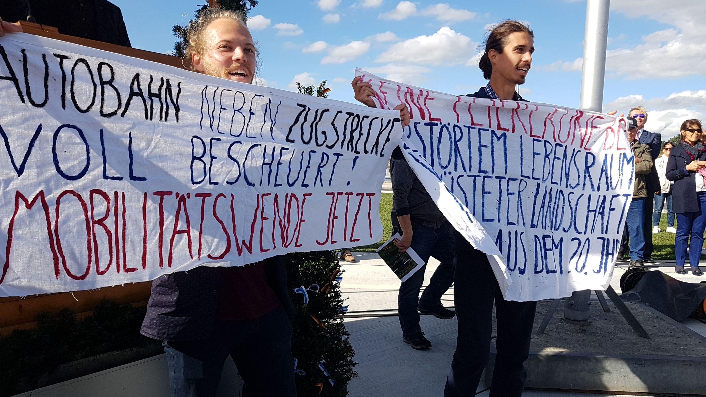 Naturschützer protestierten am Rande der Veranstaltung gegen die neue Autobahn
