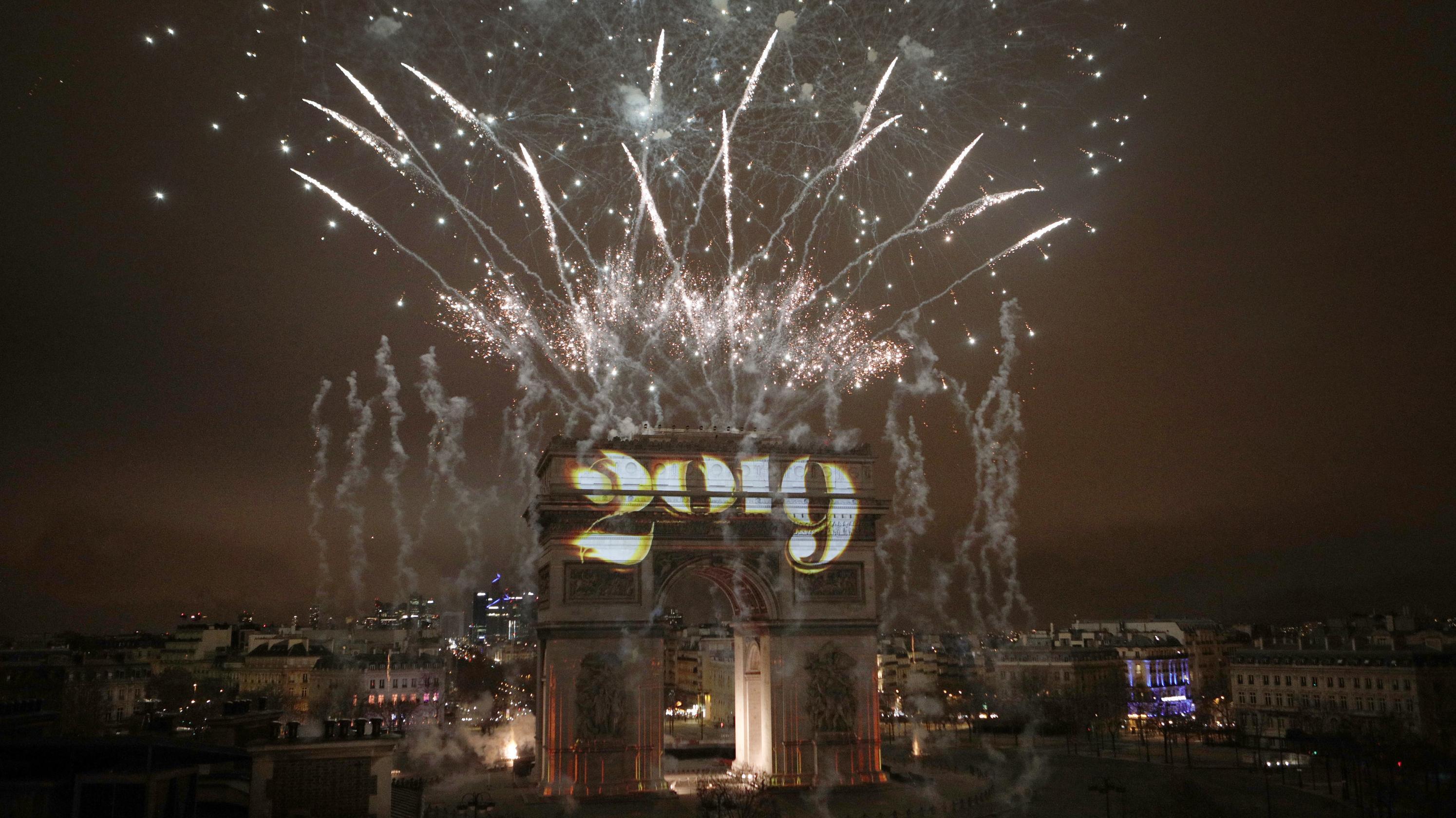 """Paris begrüßte das neue Jahr mit einem Feuerwerk über dem Arc de Triomphe. Auf den Triumphbogen wurde """"2019"""" projiziert.."""