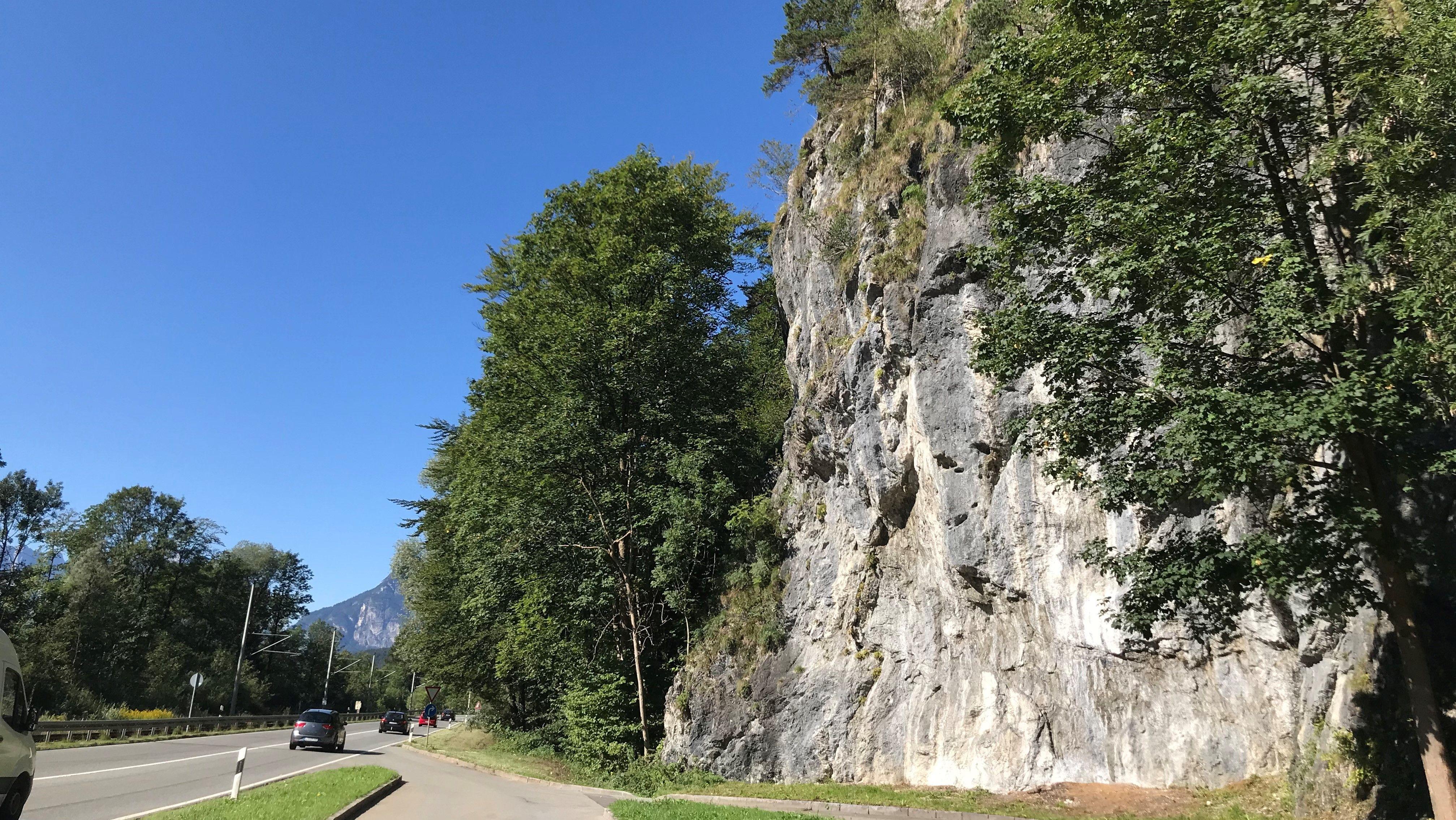 Steinschlag droht an der B2 zwischen Eschenlohe und Oberau