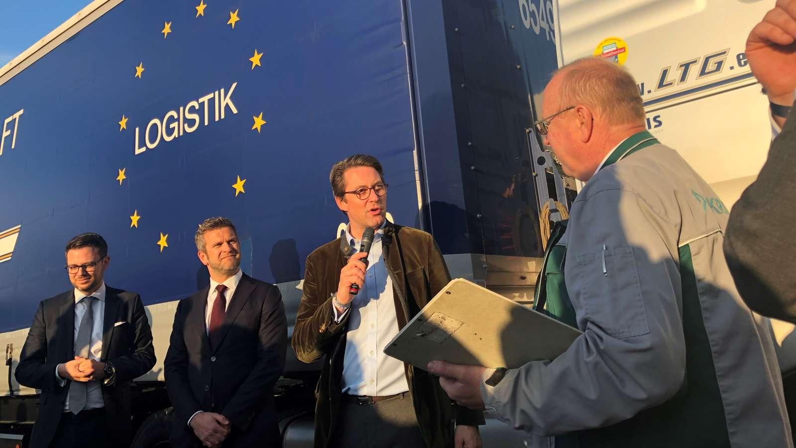 Bundesverkehrsminister Scheuer bei der technischen Abnahme der ersten Abbiegeassistenz-Systeme in Regensburg.