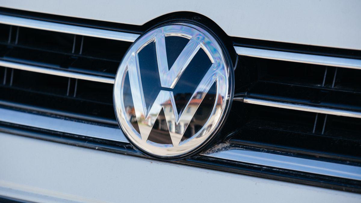 Großaufnahme des VW-Markenzeichens im Kühlergrill eines Autos