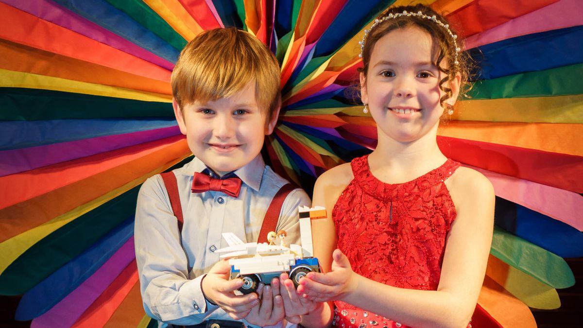 Mini-Zuckerbaron Prinz Felix I. und Prinzessin Valerie I. mit ihrem selbstgebauten Schwanenwagen