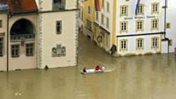 Ein Rettungsboot der Wasserwacht vor dem überfluteten Passauer Rathaus und dem Hotel Wilder Mann beim Hochwasser im Juni 2013 | Bild:pa/imageBROKER/Raimund Kutter