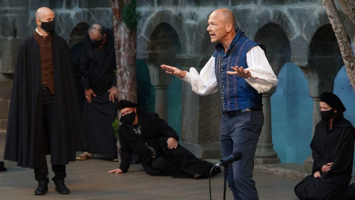 Schauspieler bei den Kreuzgangspielen auf der Bühne