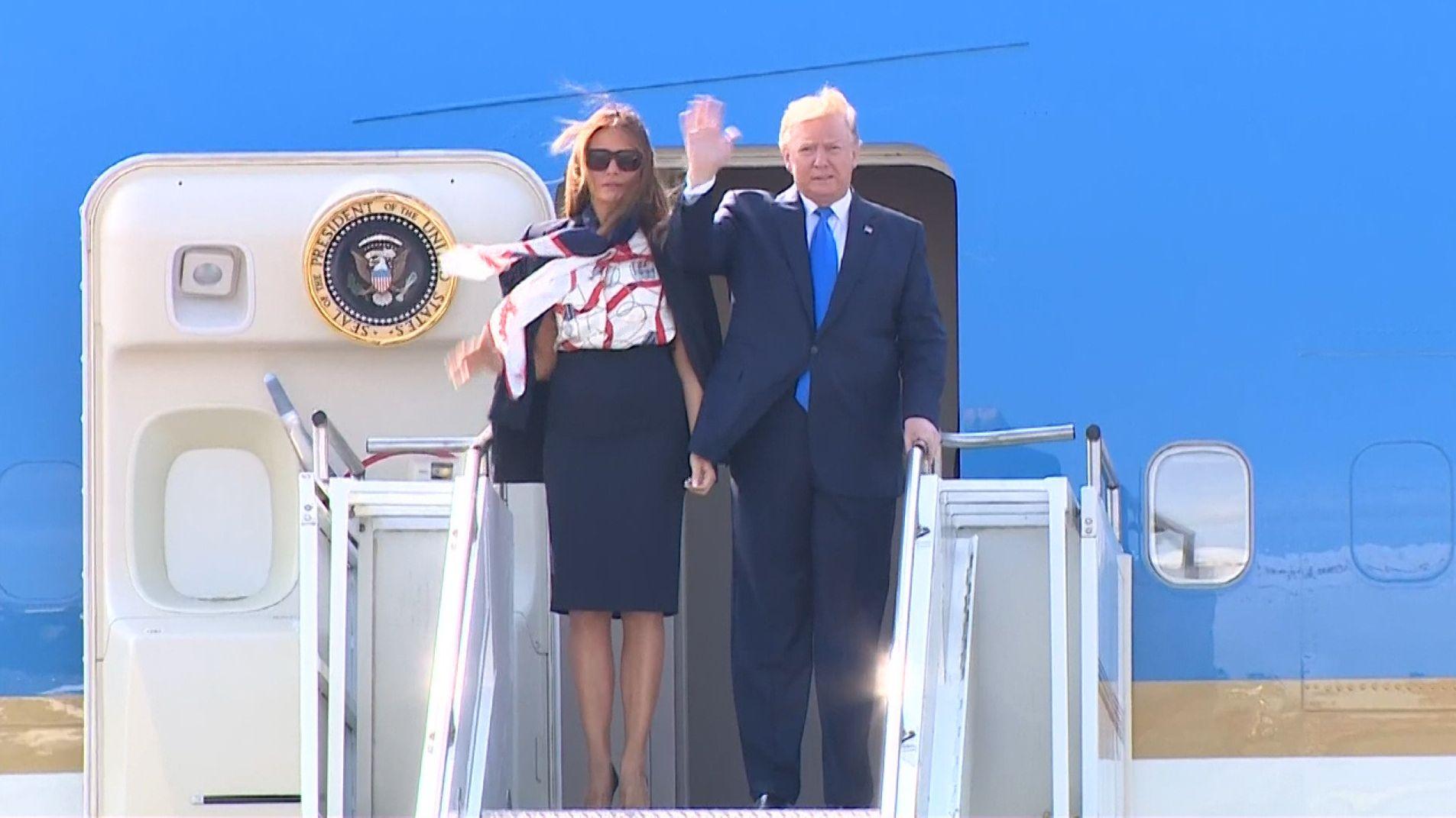Donald Trump steigt mit seiner Frau aus dem Flugzeug