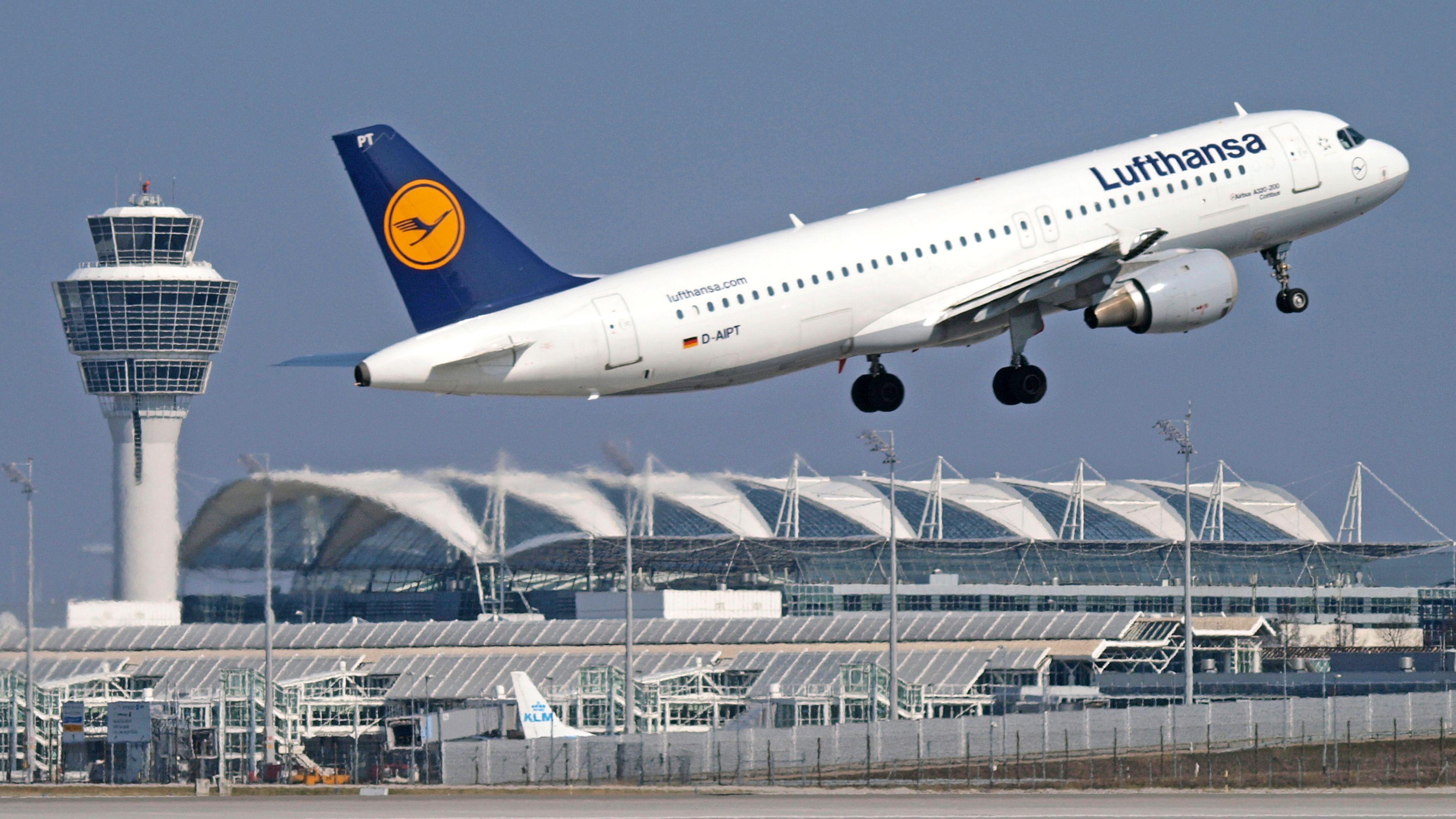 Flughafen München: Start eines Airbus A 321 der Lufthansa vor dem Tower