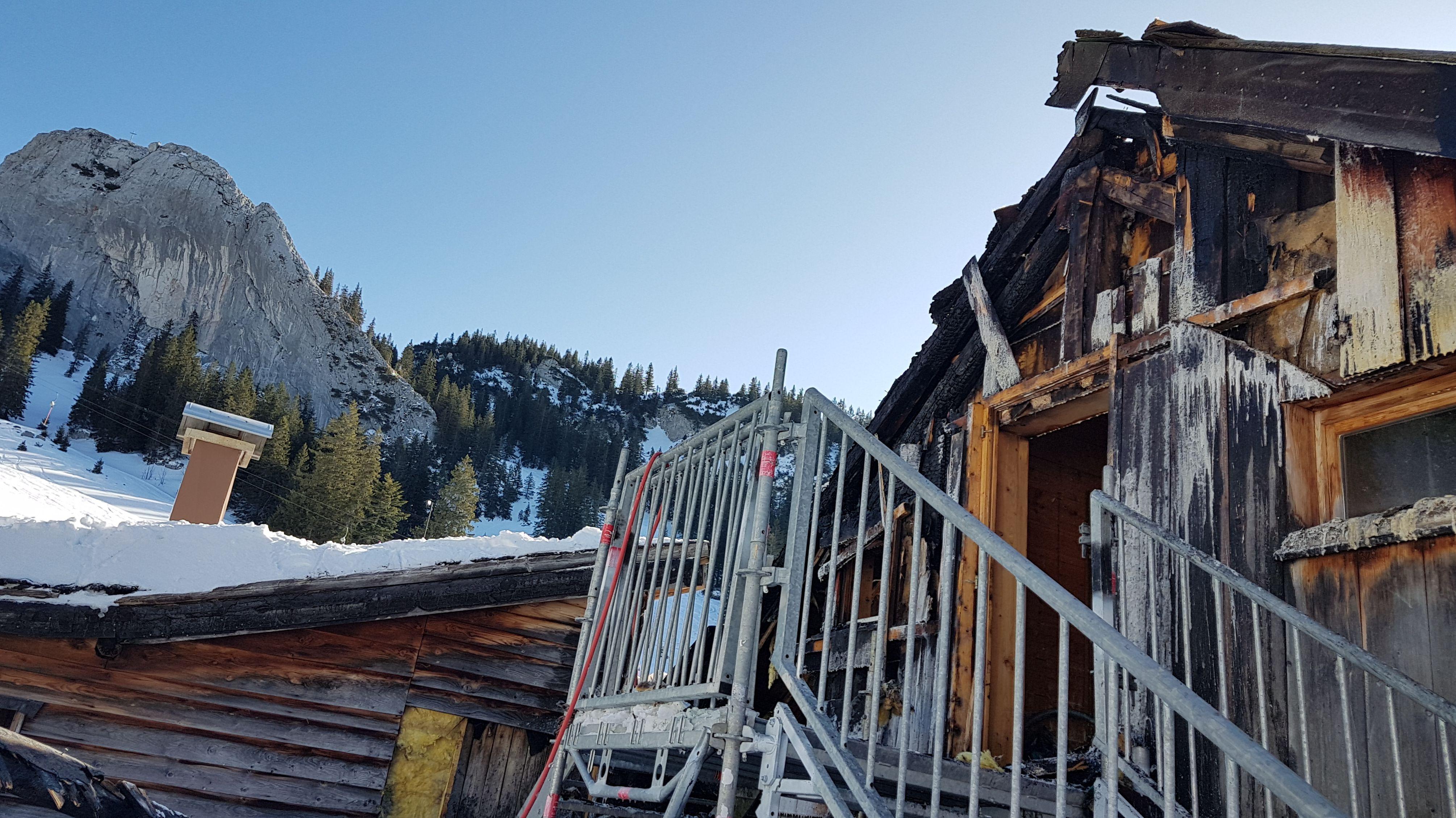 Die vom Feuer beschädigte Obere Maxlraineralm am Spitzingsee (Lkr. Miesbach).
