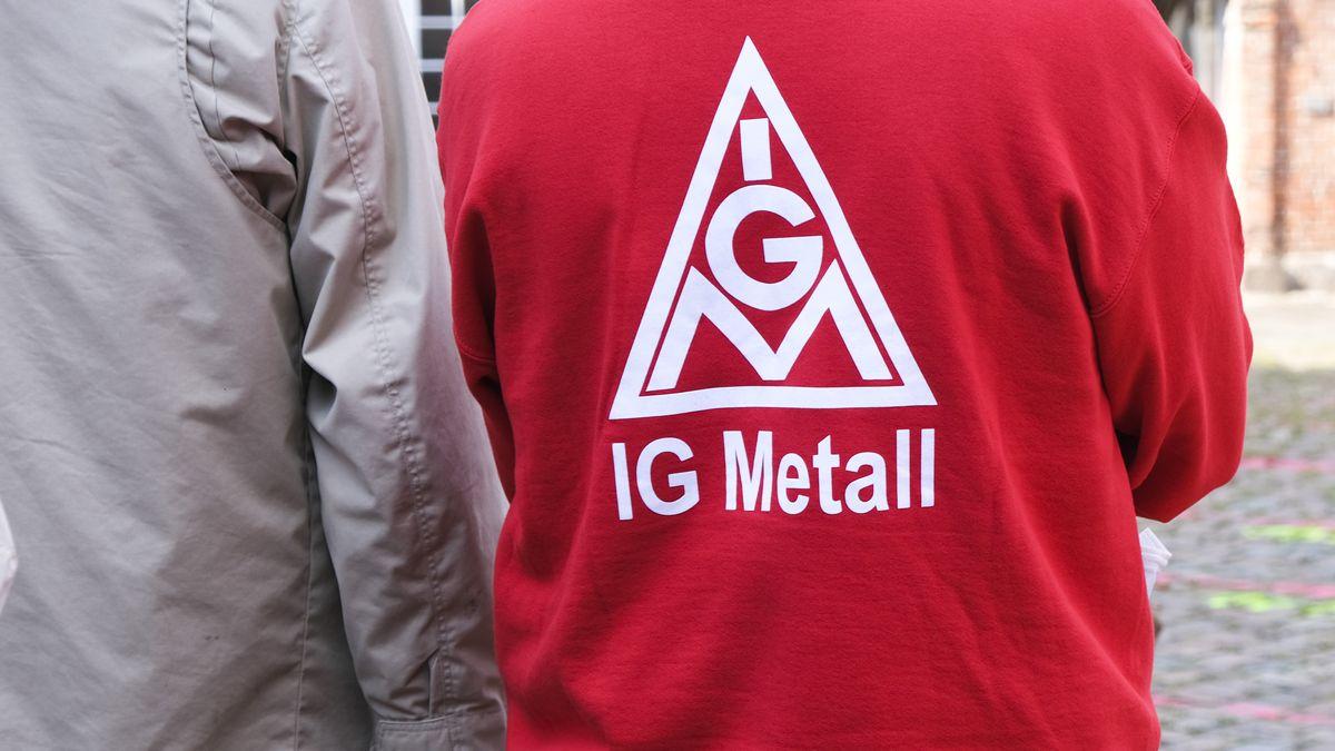 Mann mit IG-Metall Logo auf der Jacke