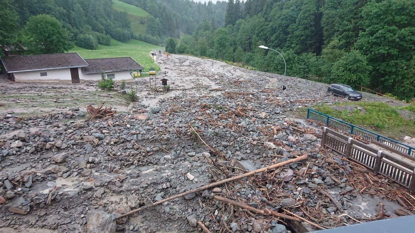 Überflutung mit Geröll und Schlamm nach heftigen Gewittern im österreichischen Kirchberg