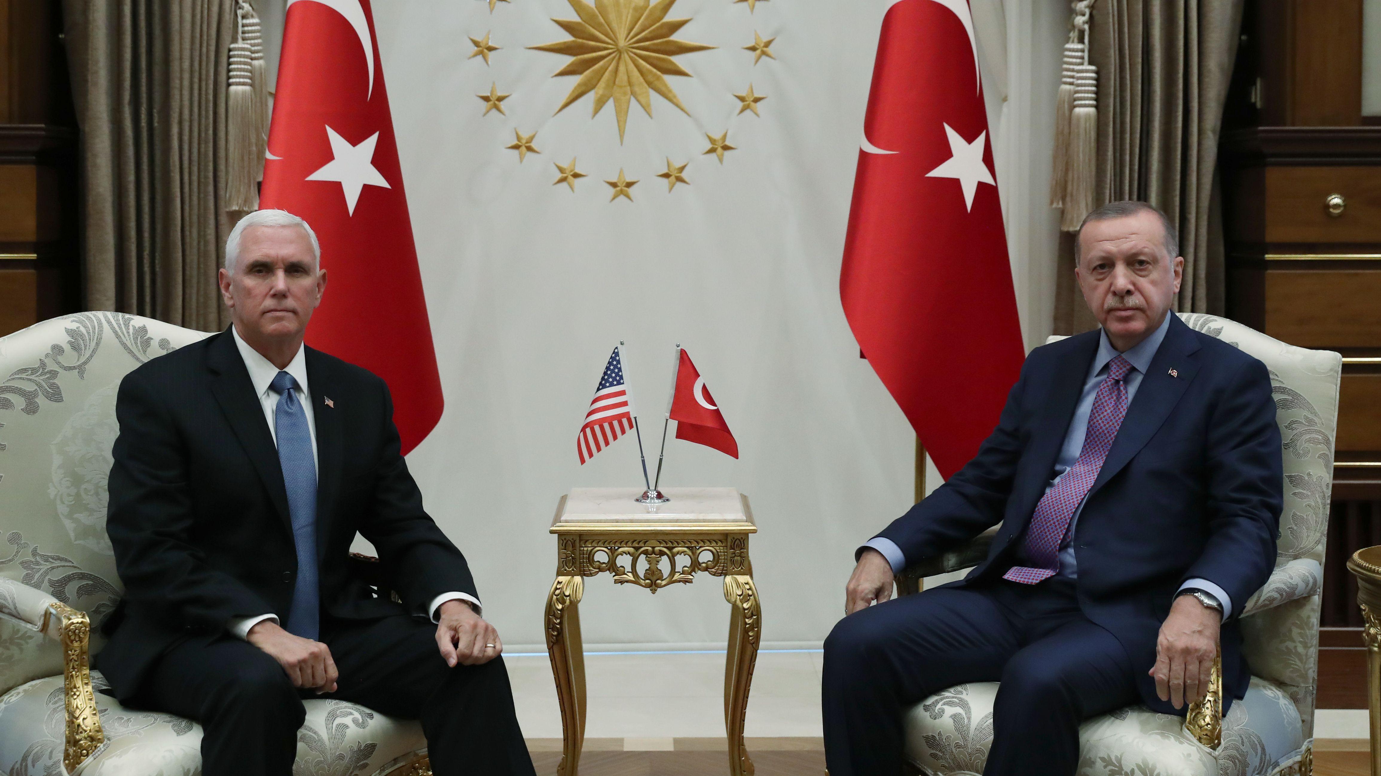 US-Vize-Präsident Mike Pence (L) und der türkische Staatspräsident Recep Tayyip Erdogan