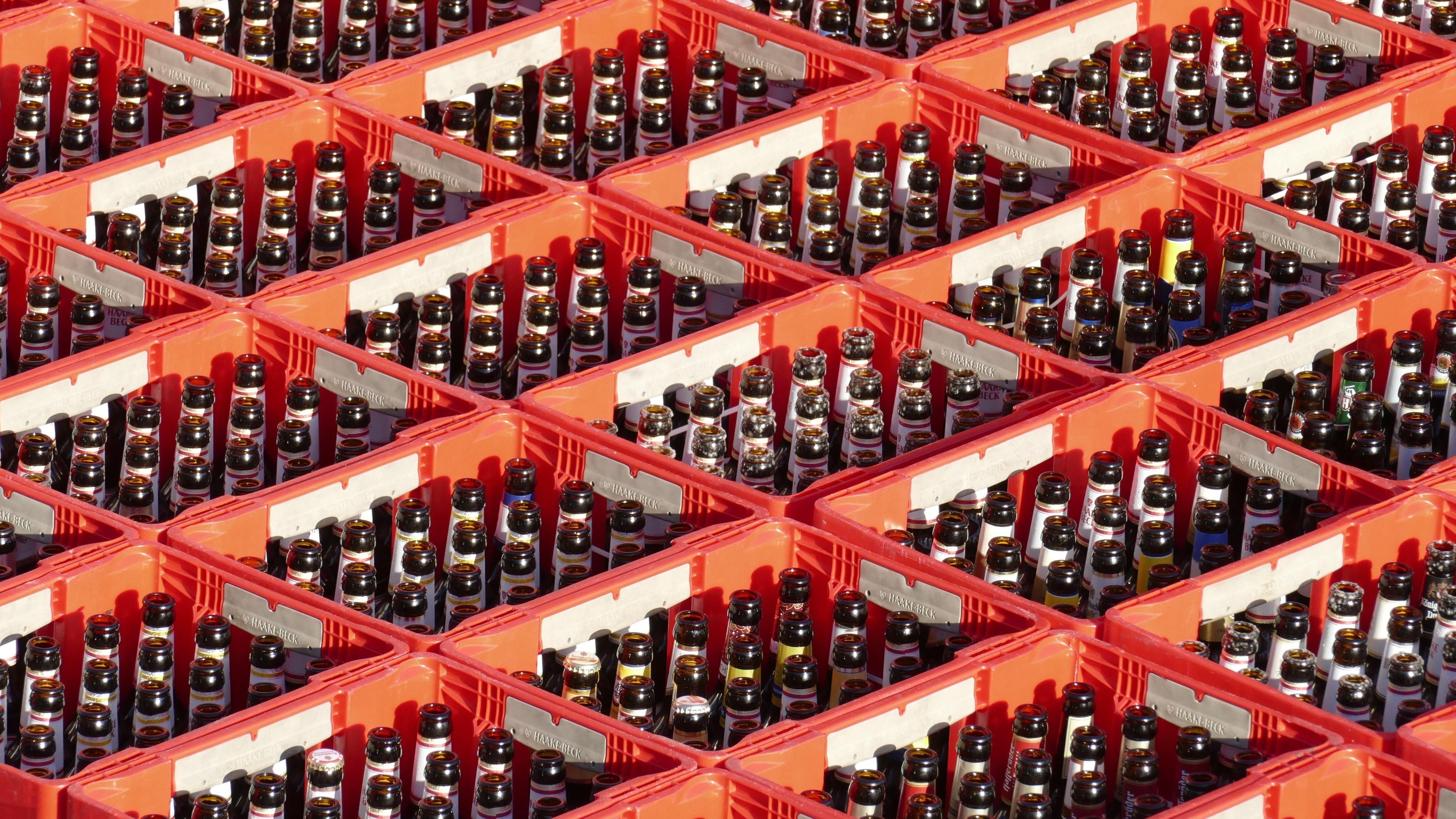 Kästen mit leeren Bierflaschen.