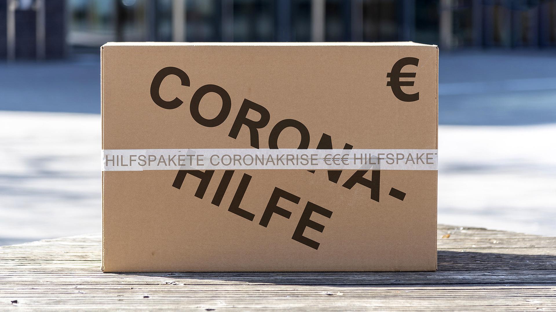 """Paket mit der Aufschrift """"Corona-Hilfe"""" und einem Euro-Zeichen"""