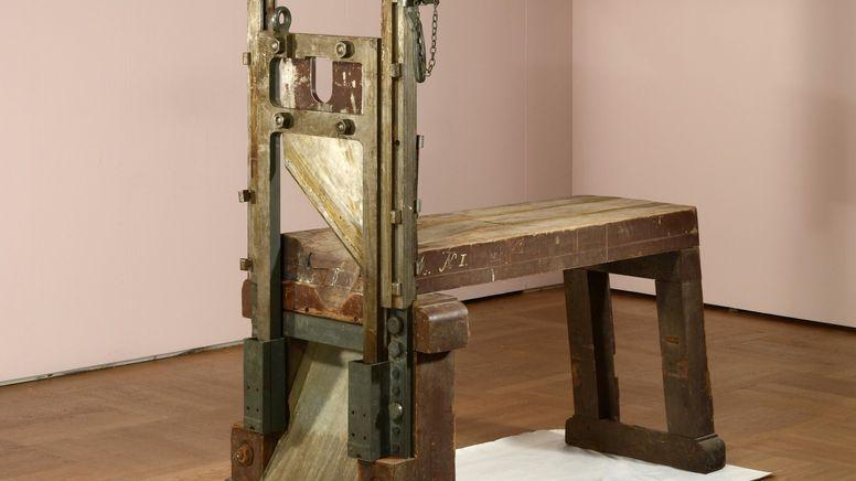 Mit dieser Guillotine wurden im Dritten Reich über 1.100 Menschen im Gefängnis München Stadelheim hingerichtet - auch die Mitglieder der Weißen Rose. | Bild:BR/Bayerisches Nationalmuseum