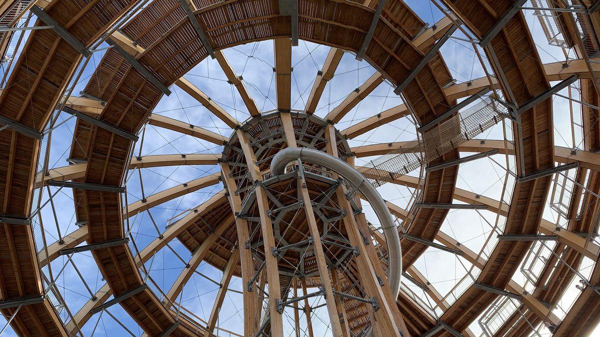 Die Holzkugel in Steinberg am See hat seit seiner Eröffnung vor knapp einem Jahr 150.000 Besucher angelockt.