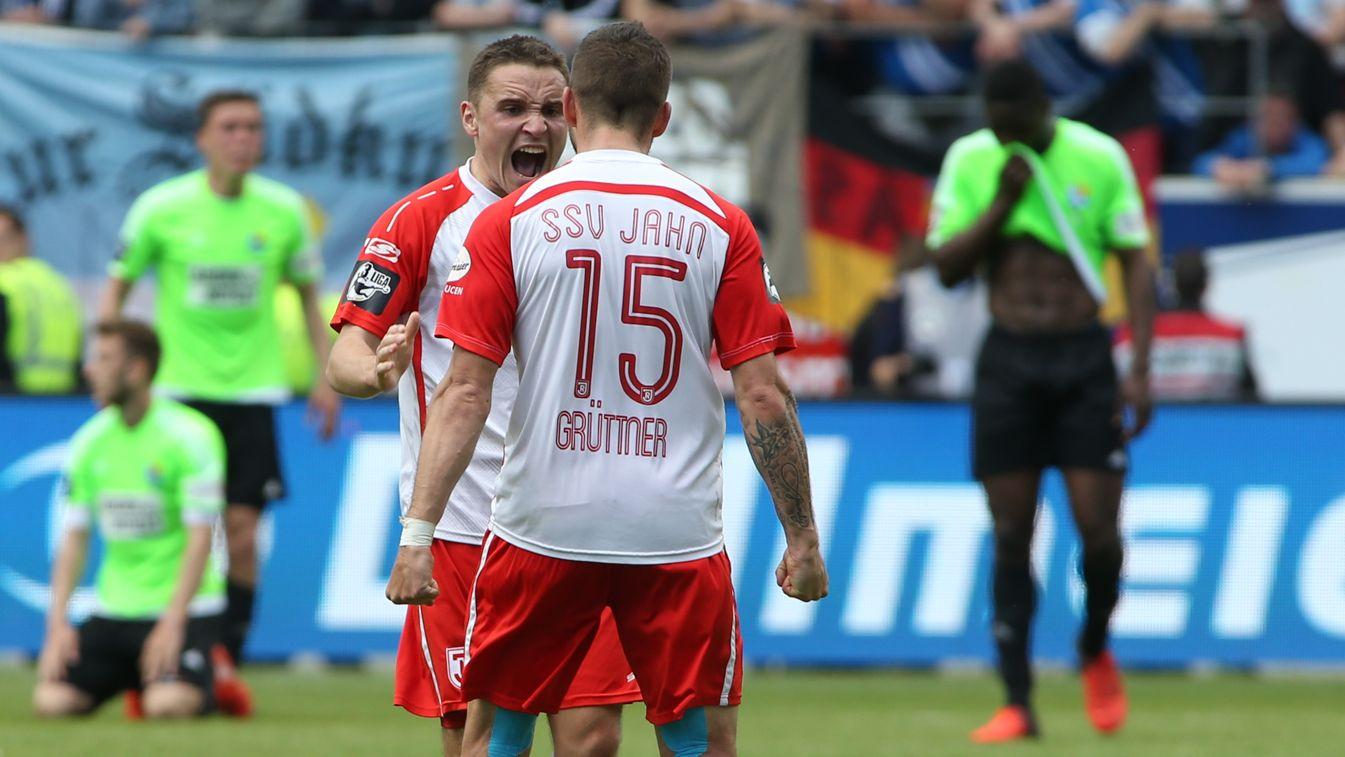 Andreas Geipl (li.) und Marco Grüttern haben jahrelang für den SSV Jahn gespielt: Am Sonntag laufen sie zum letzten Mal für Regensburg auf.