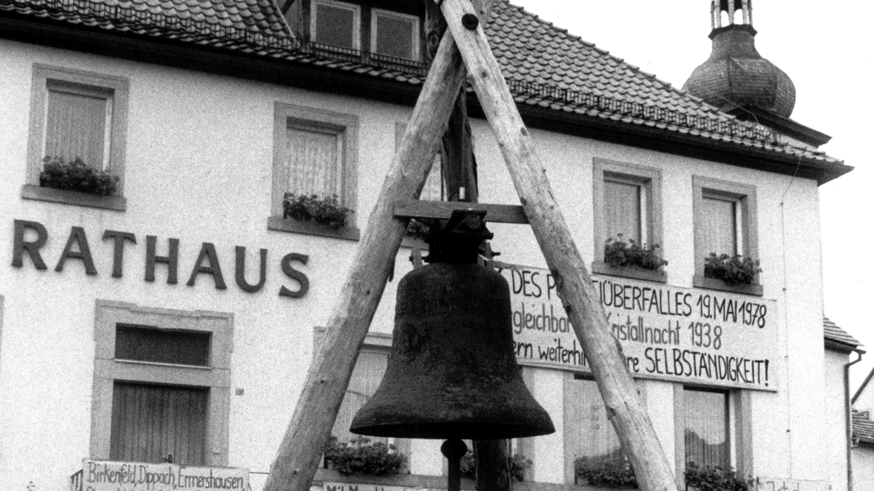 """Die """"Freiheitstglocke"""" von Ermershausen (Aufnahme aus dem August 1981)"""