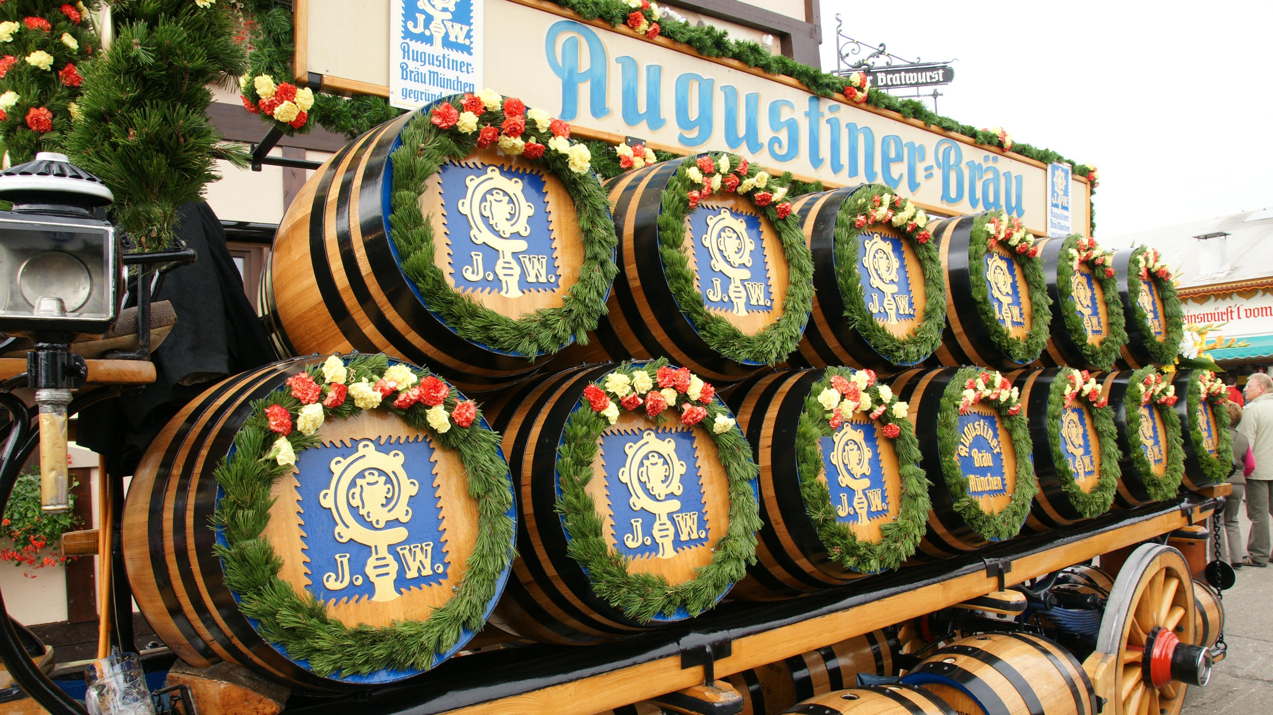 Die Holzfässer der Augustiner Brauerei.