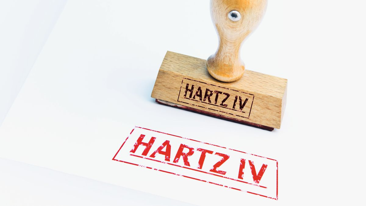 "Stempel mit dem Schriftzug ""Hartz IV"" (Symbolbild)"