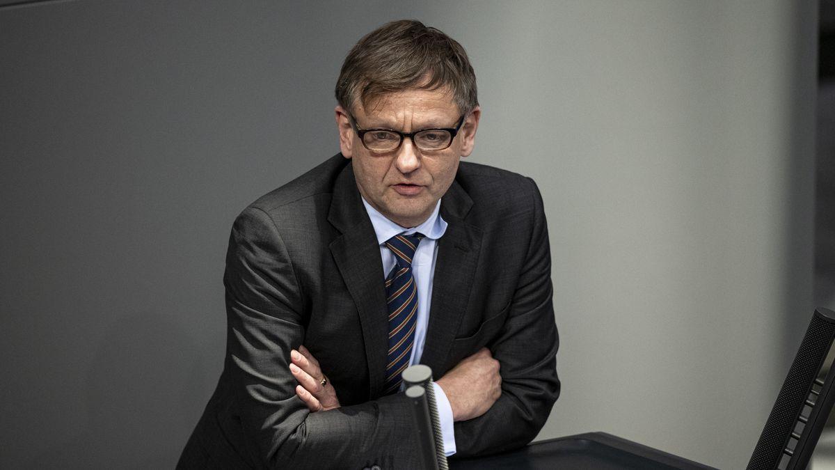 Kay Gottschalk im Anzug am Rednerpult im Dezember 2019.