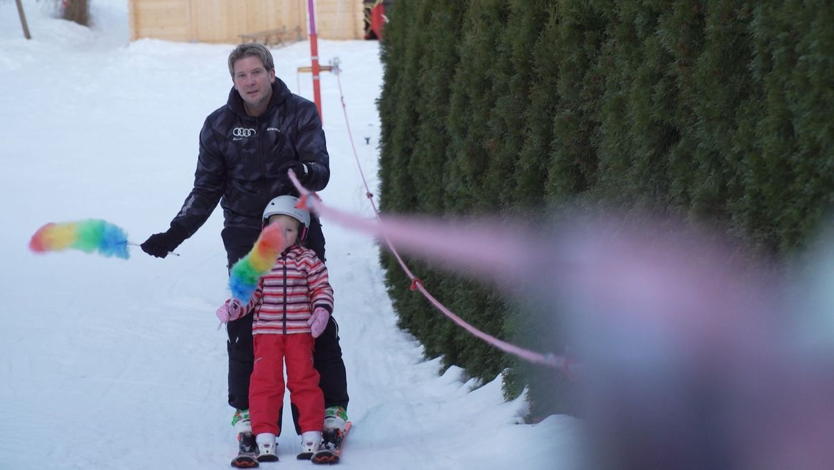 Mario mit seiner Tochter Lea im selbstgebauten Skilift