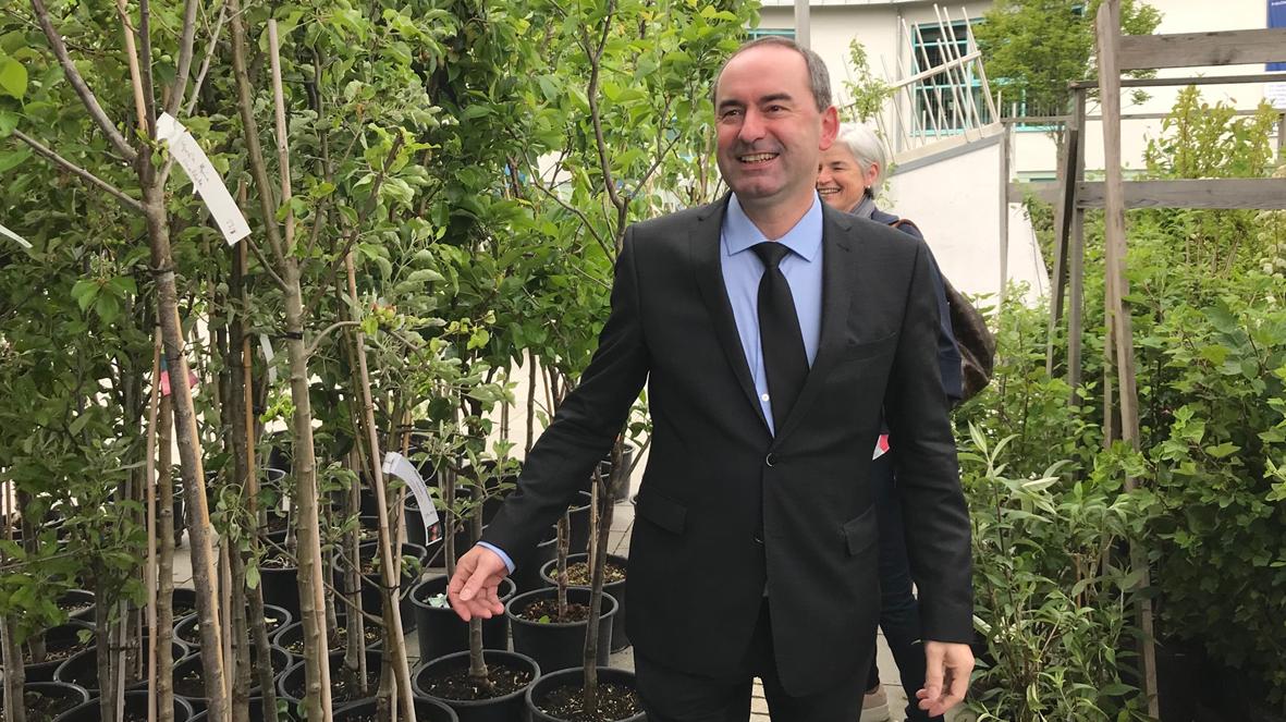 Hubert Aiwanger mit seinen 450 gestifteten Obstbäumen