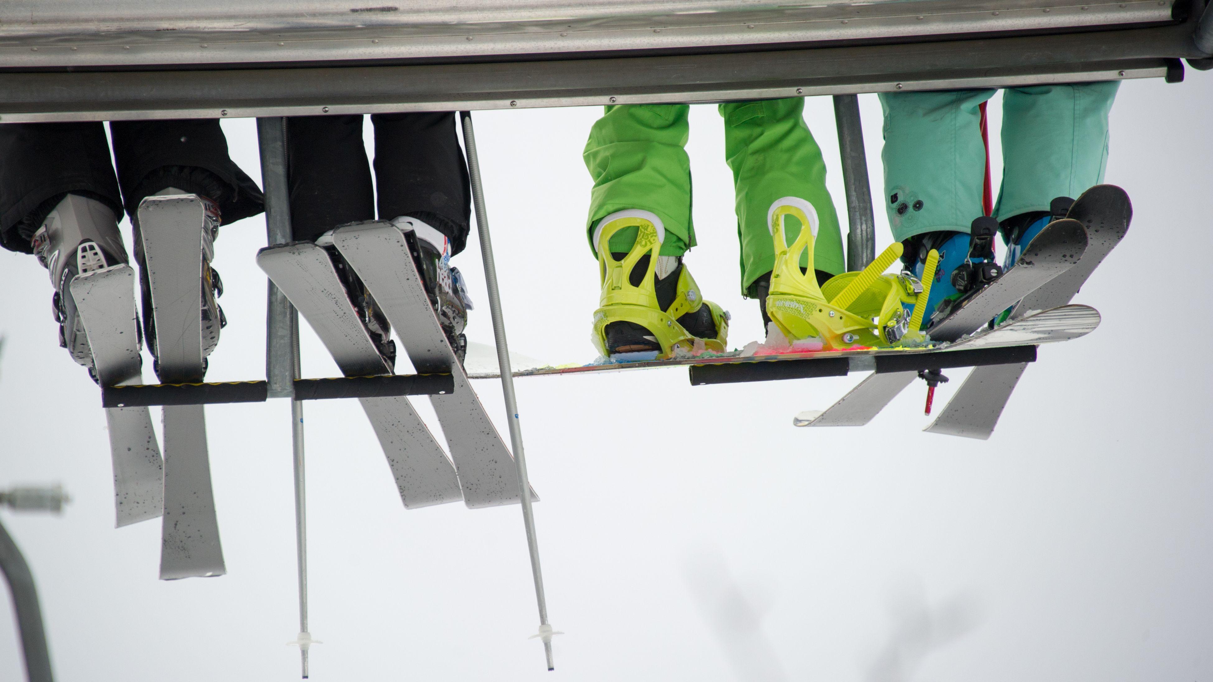 Skifahrer im Lift.