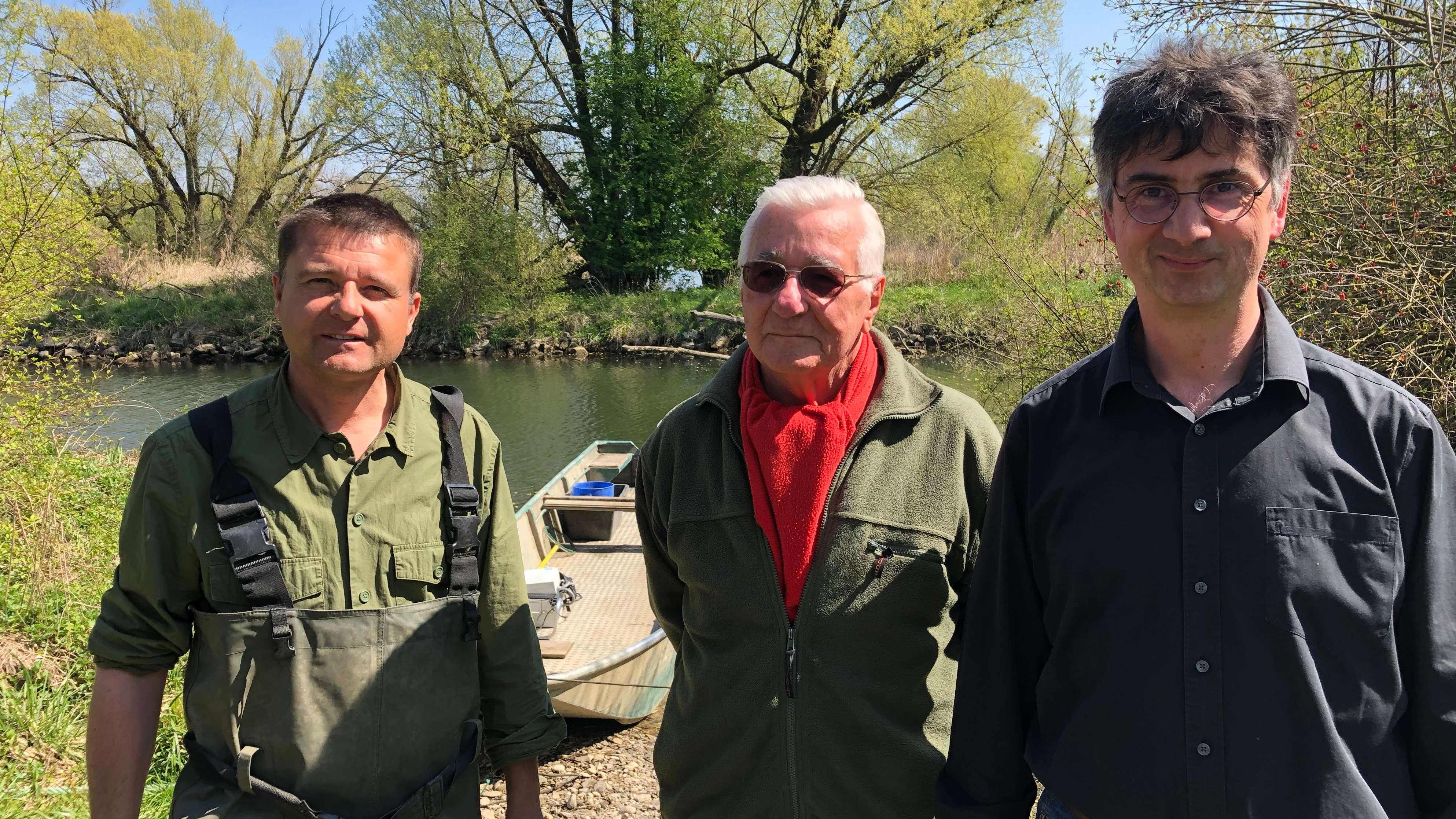von links: Markus Burger und Vater Ludwig Burger und der Fischereifachberater für Niederbayern Stephan Paintner
