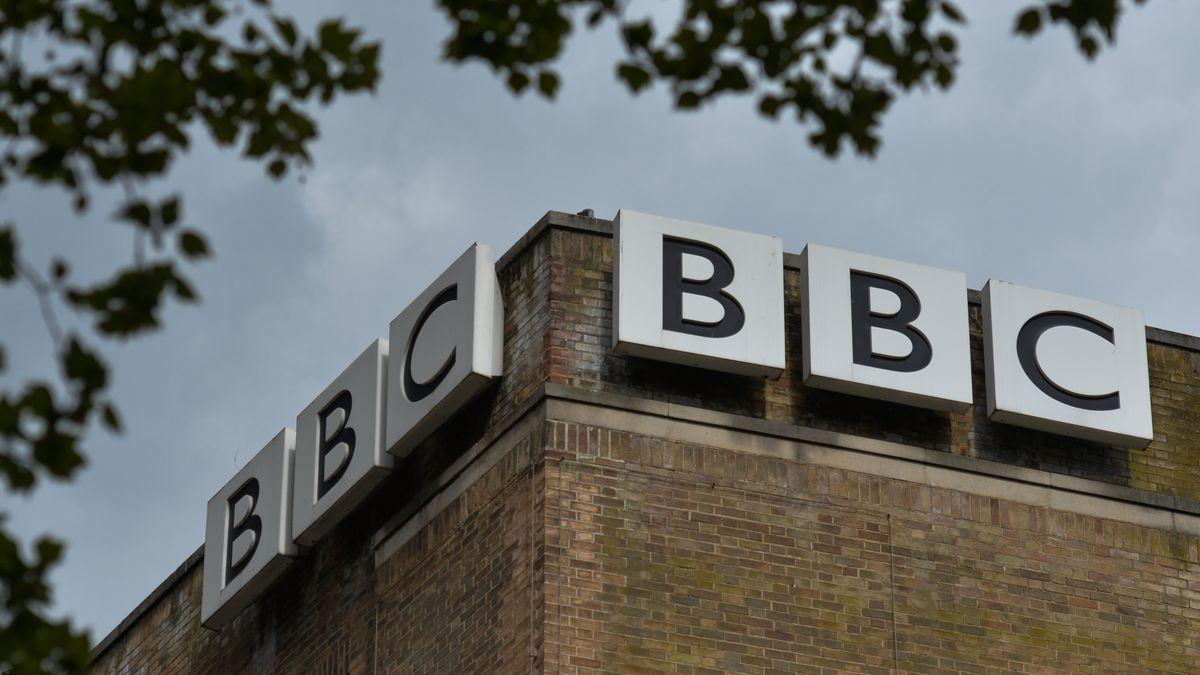 Logos am Gebäude der BBC