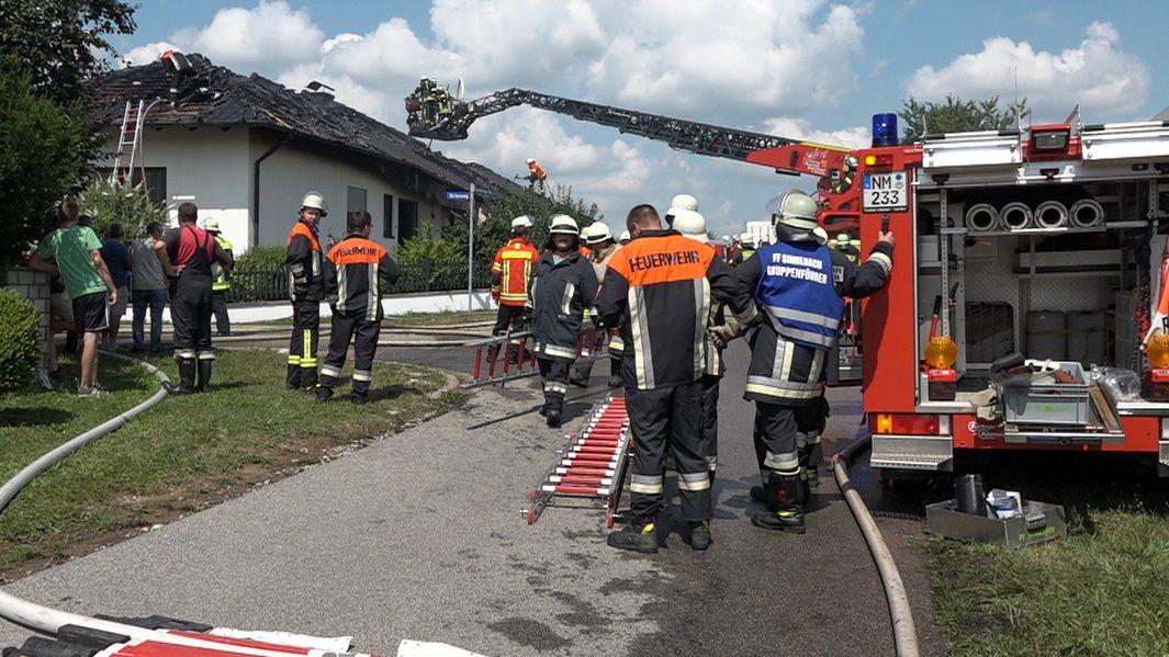 Wohnhausbrand in der Gemeinde Stöckelsberg im Kreis Neumarkt. Die Löscharbeiten der Feuerwehr dauerten bis in den Nachmittag.