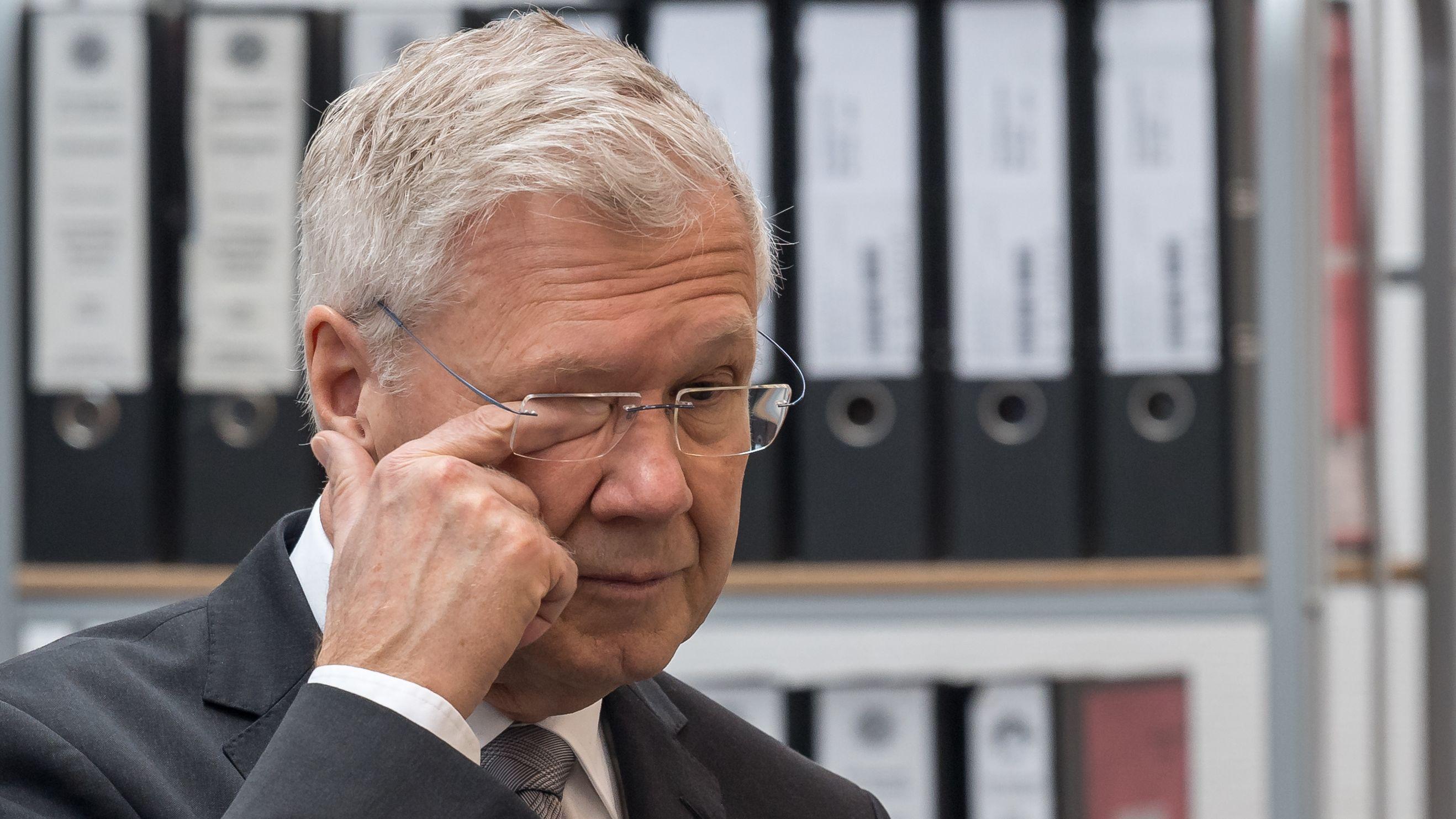 Alfred Lehmann (CSU), fasst sich am 7.03.2019 im Gerichtssaal des Landgericht Ingolstadt vor Prozessbeginn ins Auge