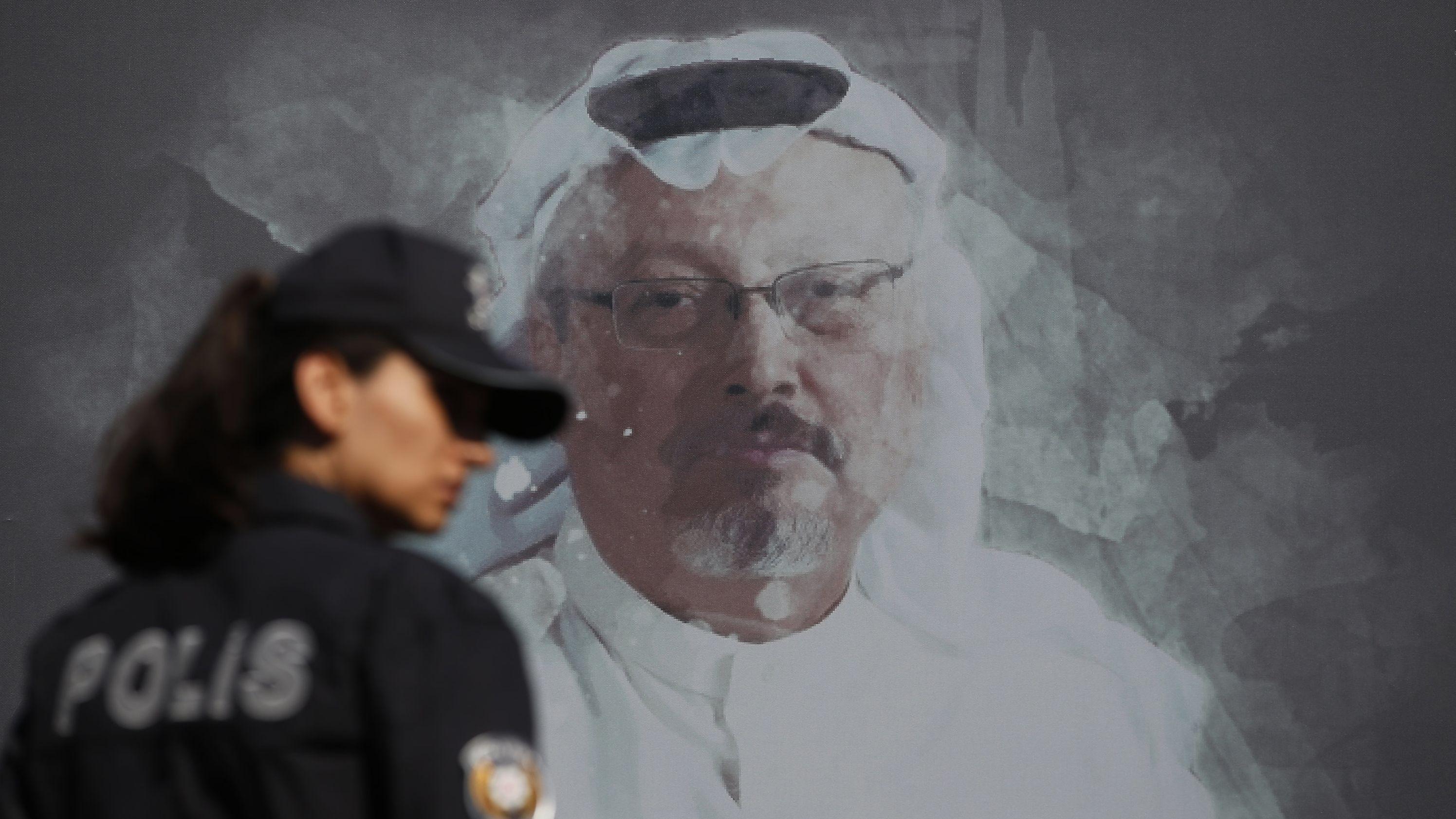 Eine Polizistin geht in der Nähe des saudischen Konsulats an einem Wandbild vorbei, welches den ermordeten Journalisten Jamal Khashoggi zeigt.