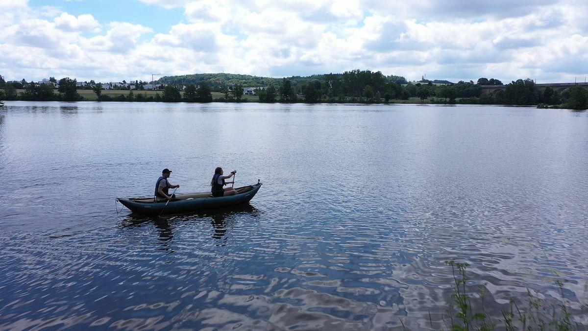 BR-Reporter Michael und Reporterin Meike machen den Test und wagen sich mit dem aufblasbaren Kanu auf die Naab.