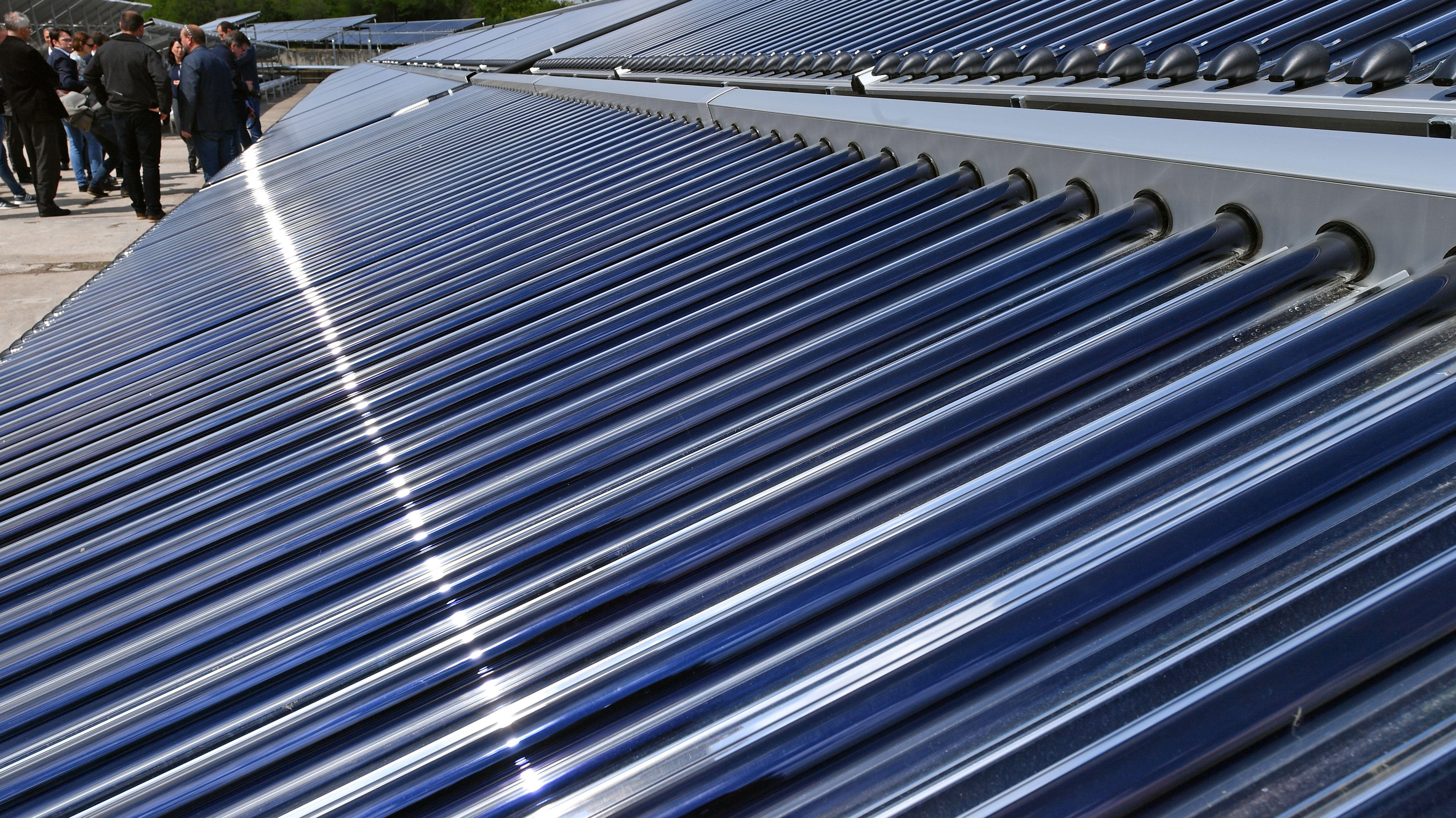 Besucher betrachten die Solarthermie-Anlage